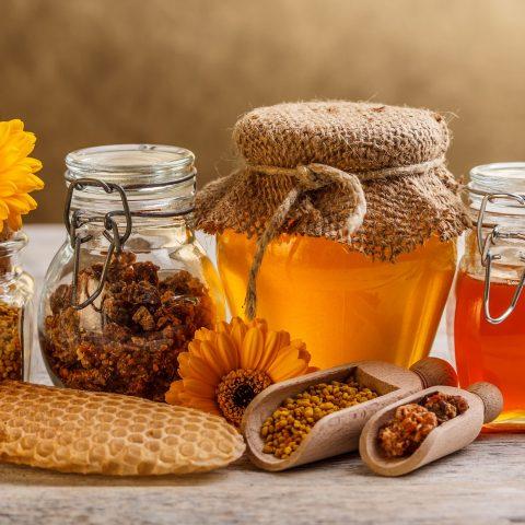 Kosmetyki prosto z ula! Jakie właściwości mają: pyłek kwiatowy, propolis, wosk lub mleczko pszczele?