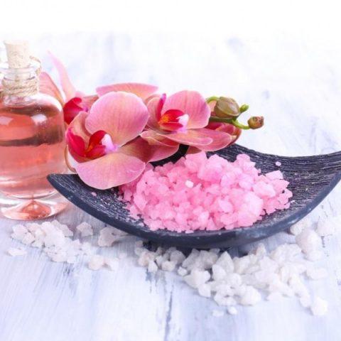 Chwila relaksu i sposób na detoks. Jak zrobić sól do kąpieli?