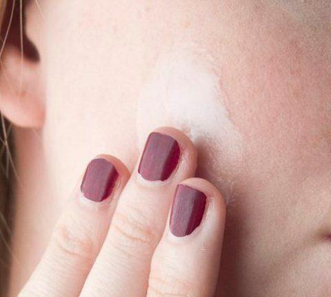 Krótki pielęgnacyjny poradnik. Skąd się biorą suche skórki na twarzy? Jak je usunąć?