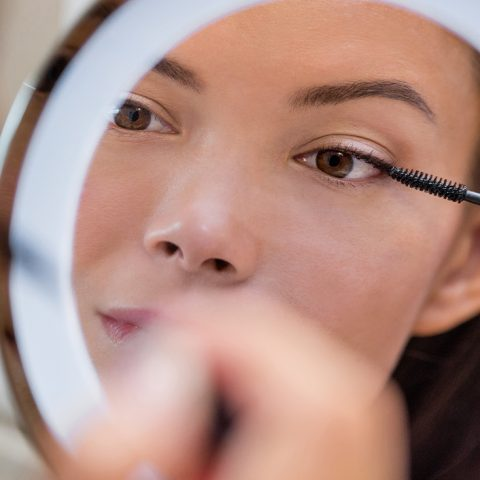 Jak zrobić makijaż opadającej powieki?