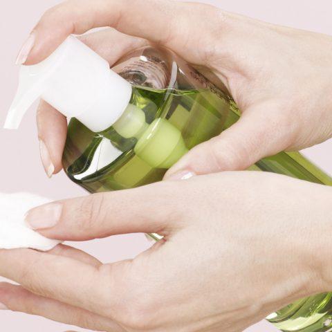 Demakijaż kosmetyków wodoodpornych. Jak dokładnie oczyścić skórę przed snem?